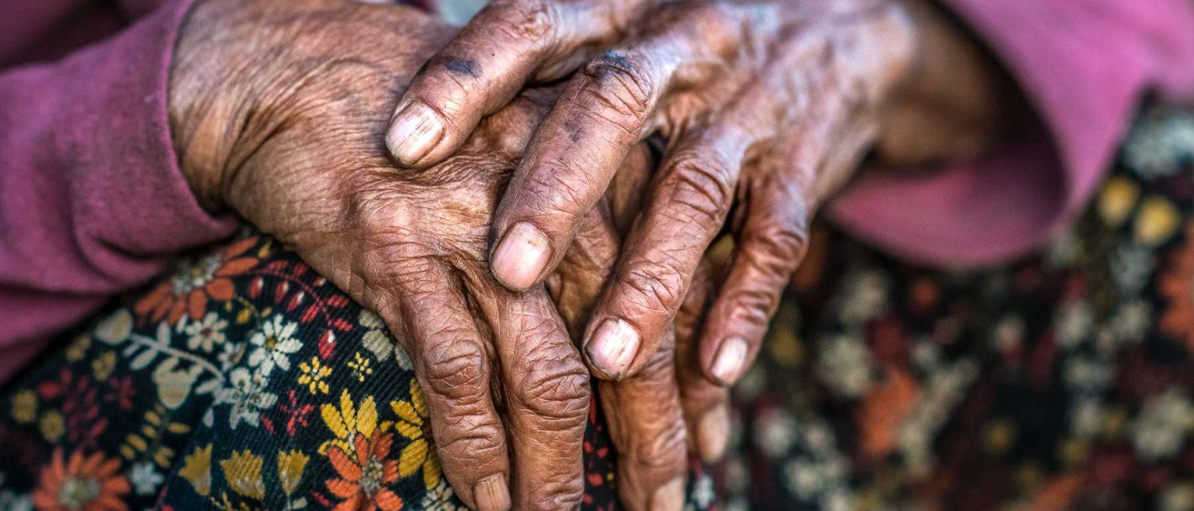 Hände einer alten Frau in Myanmar