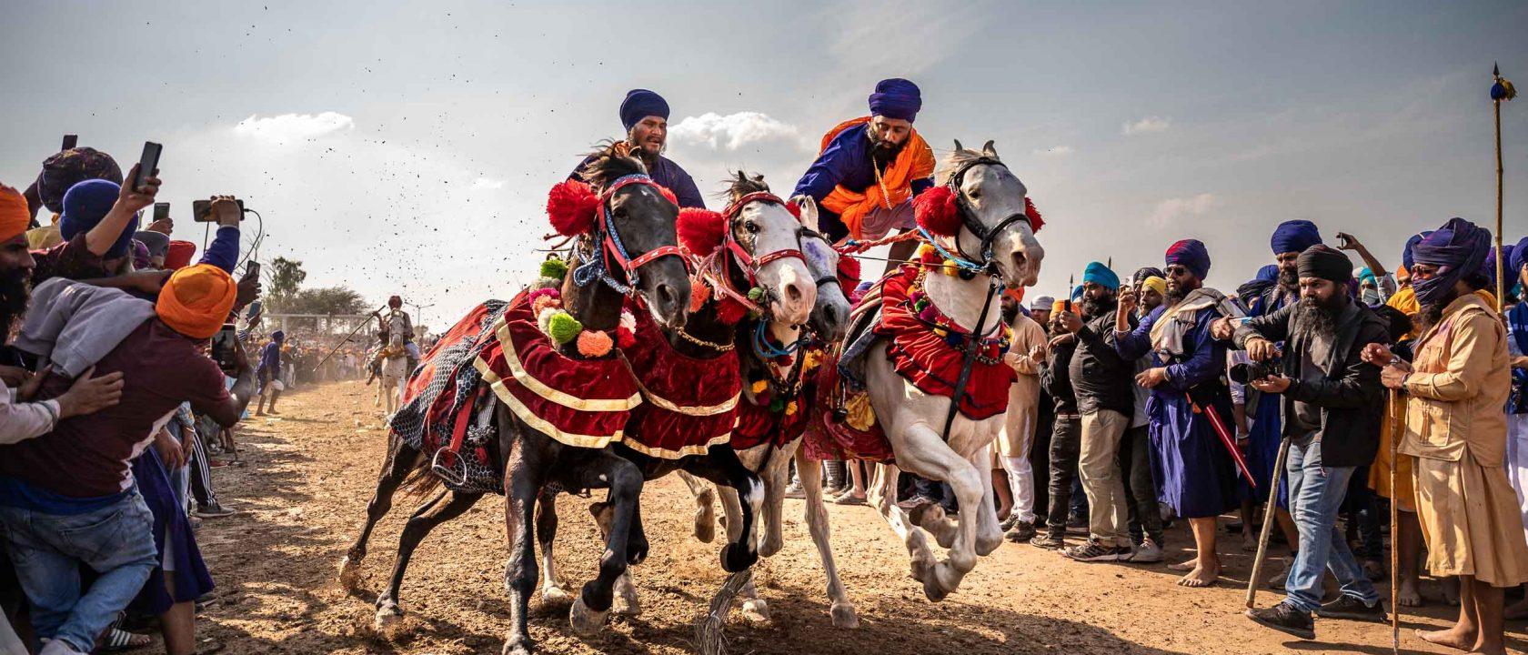 Reisefoto des Monats: Reiter beim Holla Mohalla Fest der Sikh