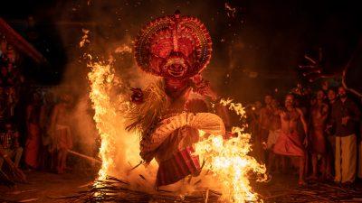 Reisefotografie: Theyyam - Feuergott