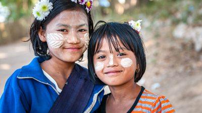 Kinder mit Tanaka-Paste in Myanmar
