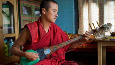 Reisefotografie - Musizierender Mönch in Bhutan