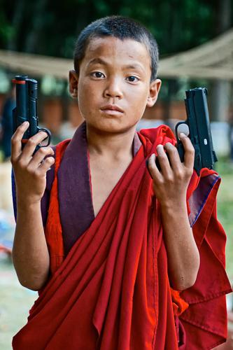 Reisefotografie - Novize mit Pistolen in Bhutan